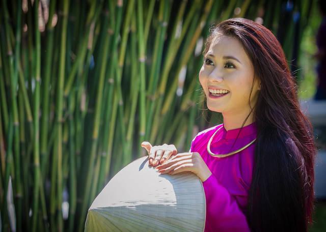 [フリー写真] ノンラーを持って笑顔のベトナム人女性でアハ体験 -  GAHAG | 著作権フリー写真・イラスト素材集 (3298)