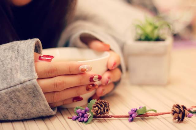 寒い日にホットココアをふーふーする萌え袖の女の子のフリー写真画像|GIRLY DROP (3337)