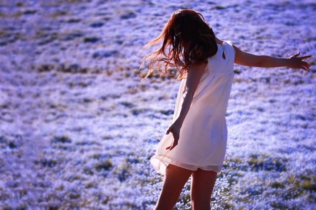 ネモフィラの花畑で全身に春の風を浴びている女の子のフリー写真画像|GIRLY DROP (3356)