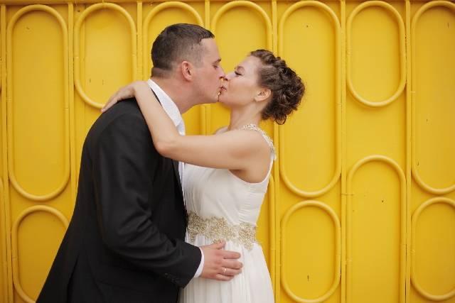 黄色い壁の前の新郎新婦14|写真素材なら「写真AC」無料(フリー)ダウンロードOK (3621)