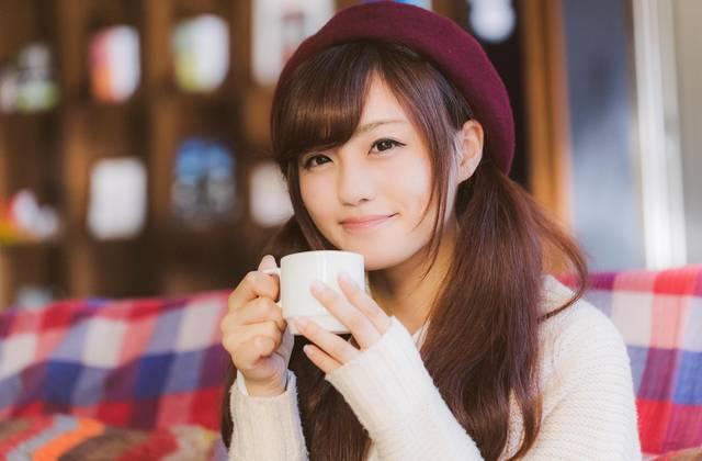 満面の笑みでコーヒーを飲む彼女|フリー写真素材・無料ダウンロード-ぱくたそ (3797)