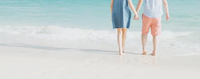 波打ち際で手を握るカップル|フリー写真素材・無料ダウンロード-ぱくたそ (3819)