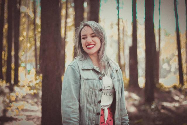[フリー写真] 森の中で笑顔の外国人女性でアハ体験 -  GAHAG | 著作権フリー写真・イラスト素材集 (4003)