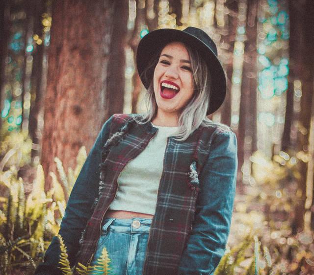 [フリー写真] 森の中で帽子を被って笑う外国人女性でアハ体験 -  GAHAG | 著作権フリー写真・イラスト素材集 (4007)