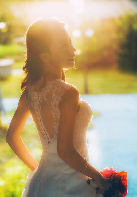 [フリー写真] 太陽光とウェディングドレス姿でブーケを持つ花嫁でアハ体験 -  GAHAG | 著作権フリー写真・イラスト素材集 (4008)