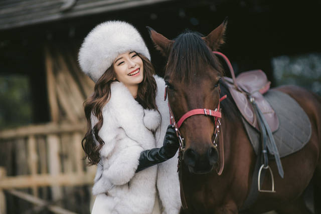[フリー写真] 馬と笑顔の女性でアハ体験 -  GAHAG | 著作権フリー写真・イラスト素材集 (4024)