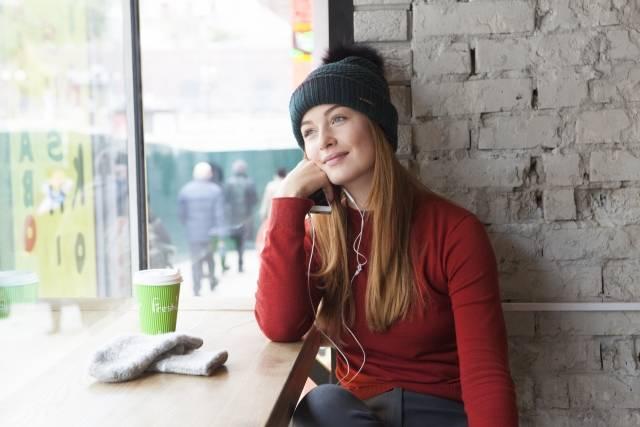 カフェで音楽を聴く女性7|写真素材なら「写真AC」無料(フリー)ダウンロードOK (4147)