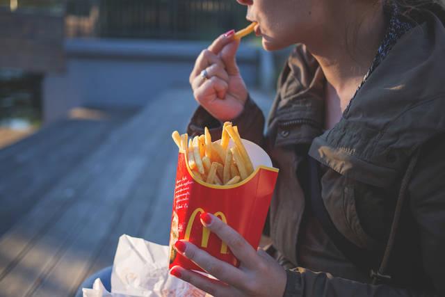 [フリー写真] フライドポテトを食べる女性でアハ体験 -  GAHAG | 著作権フリー写真・イラスト素材集 (4168)