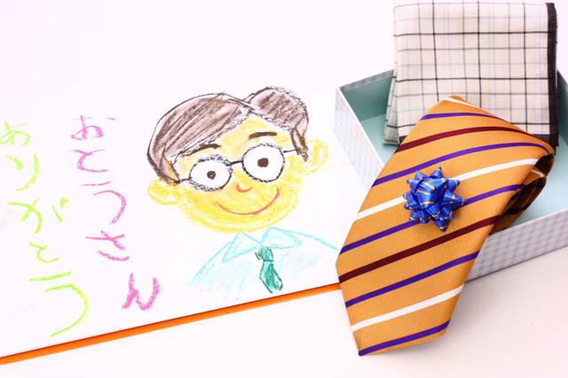 [フリー写真] 父への似顔絵とプレゼントでアハ体験 -  GAHAG | 著作権フリー写真・イラスト素材集 (4213)