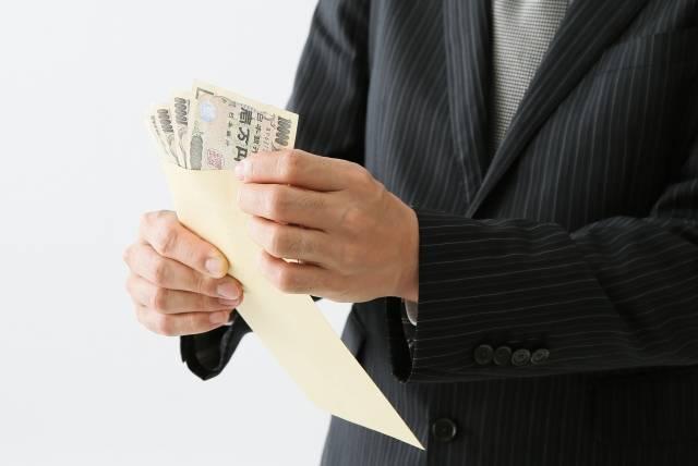 お金の入った封筒を見る男性|写真素材なら「写真AC」無料(フリー)ダウンロードOK (4377)