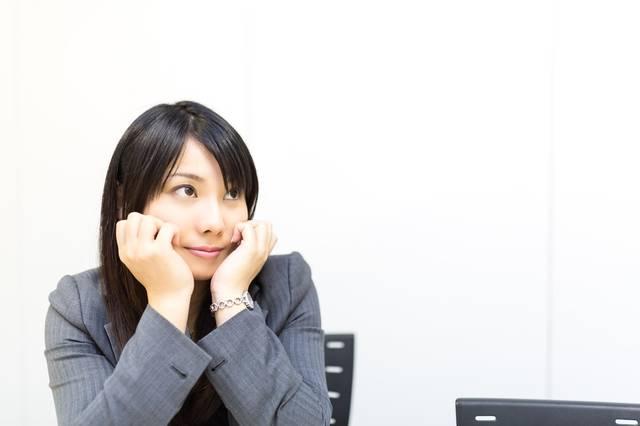 会議中、上目づかいで上司のプレゼンを見守る女性社員|フリー写真素材・無料ダウンロード-ぱくたそ (4428)