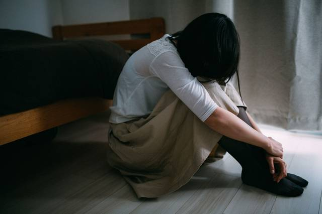 失恋のショックで立ち直れない女性|フリー写真素材・無料ダウンロード-ぱくたそ (4430)