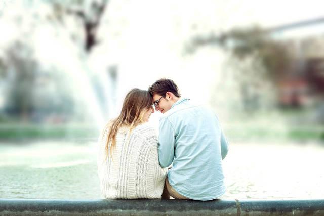 [フリー写真] おでこを付け合うカップルの後ろ姿でアハ体験 -  GAHAG | 著作権フリー写真・イラスト素材集 (4440)