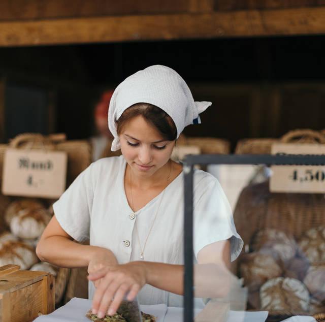 [フリー写真] パン屋で働くドイツ人の女性でアハ体験 -  GAHAG | 著作権フリー写真・イラスト素材集 (4442)