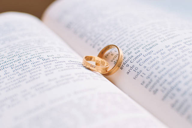[フリー写真] 本の上に置かれた結婚指輪でアハ体験 -  GAHAG | 著作権フリー写真・イラスト素材集 (4443)