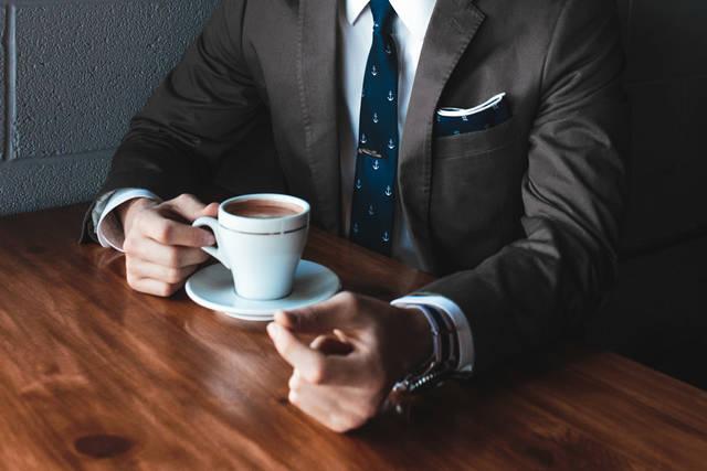 [フリー写真] コーヒーを飲むスーツ姿の男性でアハ体験 -  GAHAG | 著作権フリー写真・イラスト素材集 (4445)