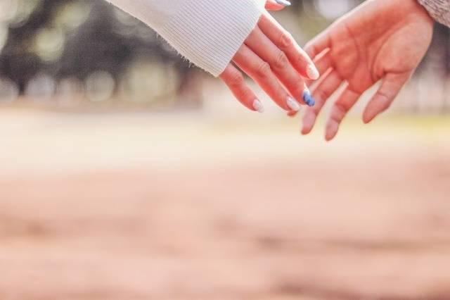 指先が触れ合うカップルの手のフリー写真画像|GIRLY DROP (4575)