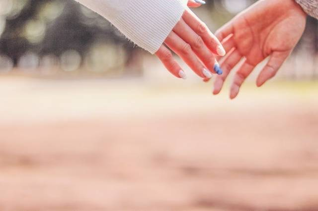 指先が触れ合うカップルの手のフリー写真画像|GIRLY DROP (4589)