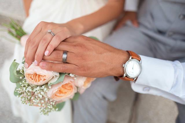 [フリー写真] ブーケと重ね合う新郎新婦の手でアハ体験 -  GAHAG | 著作権フリー写真・イラスト素材集 (4615)