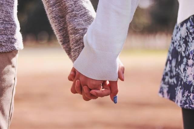 公園で仲良く手をつなぐ付き合いたてのカップルのフリー写真画像|GIRLY DROP (4628)
