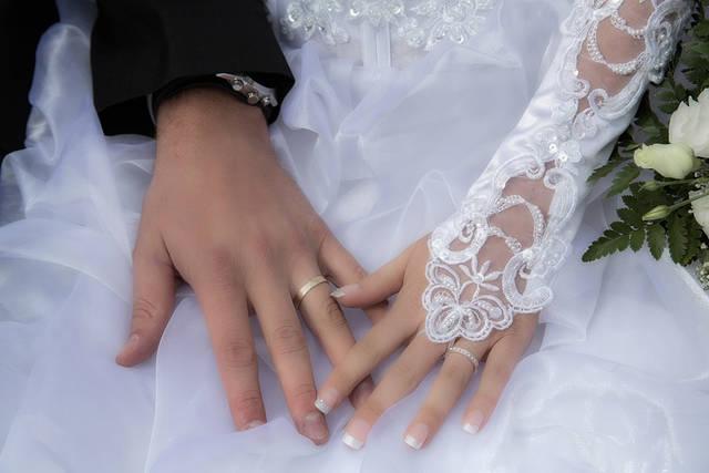 [フリー写真] 結婚指輪をした新郎新婦の手でアハ体験 -  GAHAG | 著作権フリー写真・イラスト素材集 (4631)
