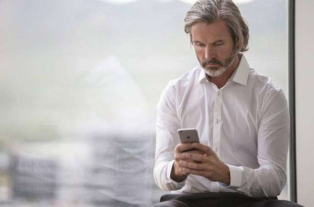 [フリー写真] 窓辺に座ってスマホを見ているビジネスマンでアハ体験 -  GAHAG | 著作権フリー写真・イラスト素材集 (4673)