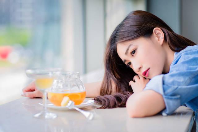 [フリー写真] カフェのテーブルに突っ伏す女性でアハ体験 -  GAHAG | 著作権フリー写真・イラスト素材集 (4699)