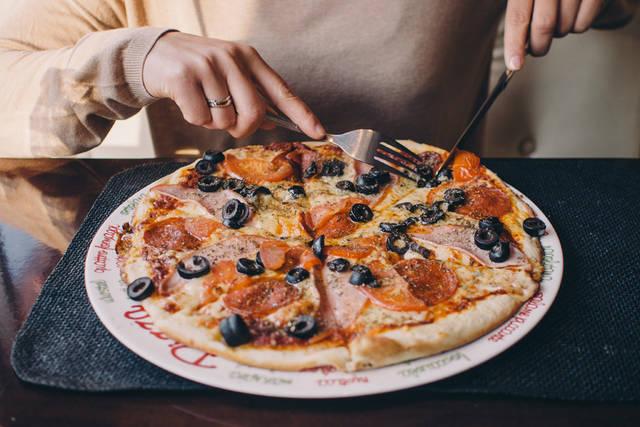 [フリー写真] ピザを食べる人物でアハ体験 -  GAHAG | 著作権フリー写真・イラスト素材集 (4773)