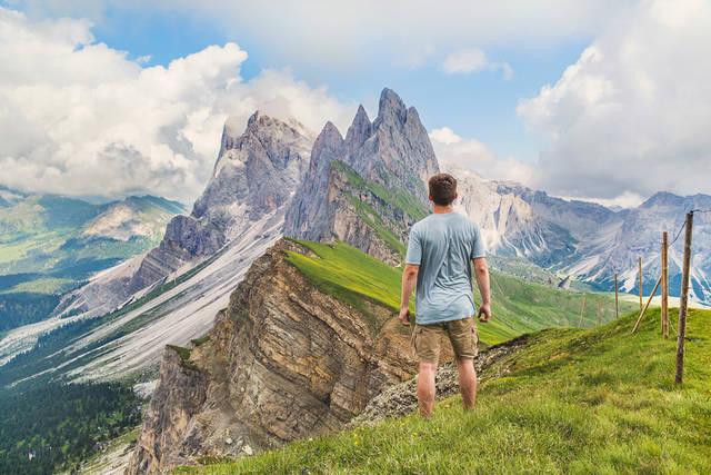 [フリー写真] ドロミテ山脈を眺める男性の後ろ姿でアハ体験 -  GAHAG | 著作権フリー写真・イラスト素材集 (4788)