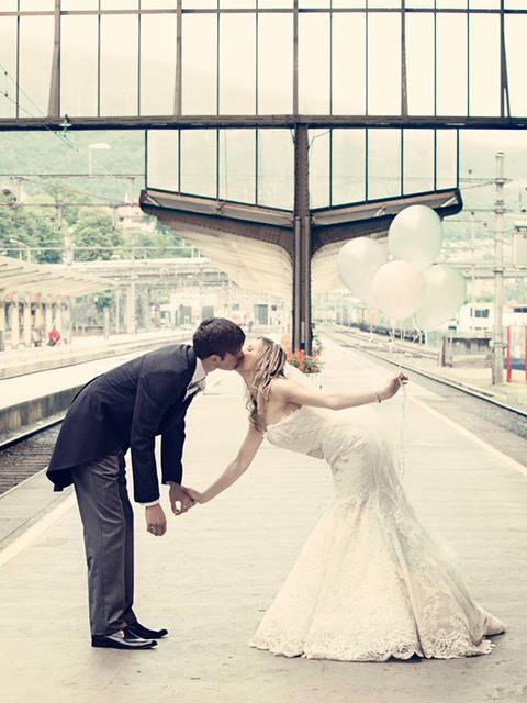 [フリー写真] 駅のプラットホームでキスをしている新郎新婦でアハ体験 -  GAHAG | 著作権フリー写真・イラスト素材集 (4791)