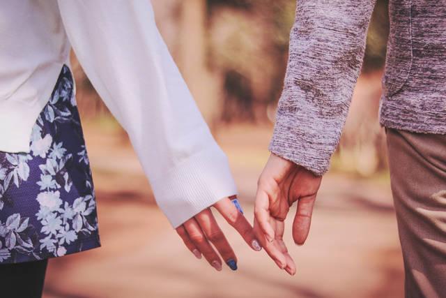 あと少しで手をつなぎそうなもどかしいカップルのフリー写真画像|GIRLY DROP (4800)