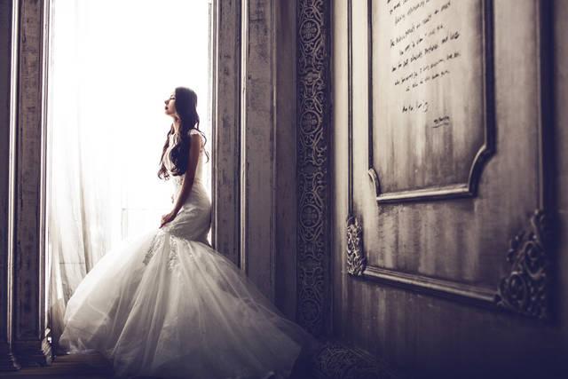 [フリー写真] 石碑とウェディングドレス姿の花嫁でアハ体験 -  GAHAG | 著作権フリー写真・イラスト素材集 (4904)