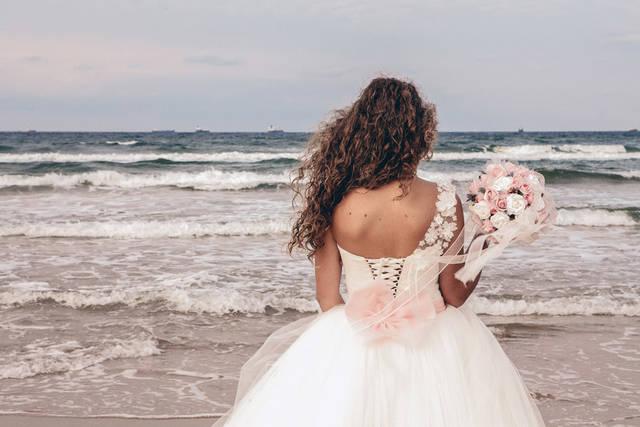 [フリー写真] ウェディングドレスを着て海を眺めている花嫁の後ろ姿でアハ体験 -  GAHAG | 著作権フリー写真・イラスト素材集 (4908)