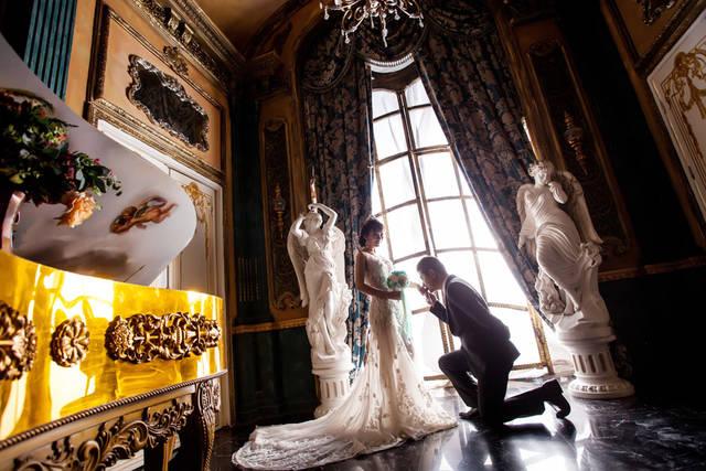 [フリー写真] 片膝をついて新婦の手にキスをする新郎でアハ体験 -  GAHAG | 著作権フリー写真・イラスト素材集 (4914)