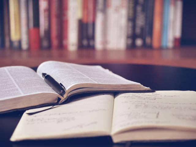 [フリー写真] 机の上の本とノートでアハ体験 -  GAHAG | 著作権フリー写真・イラスト素材集 (4981)