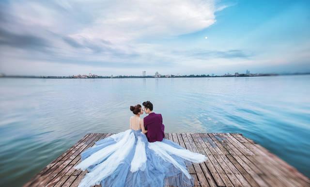 [フリー写真] 桟橋に座る新郎と新婦でアハ体験 -  GAHAG | 著作権フリー写真・イラスト素材集 (4987)