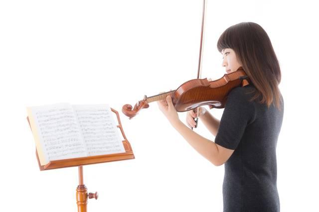 新しい曲を譜読みをする女性|フリー写真素材・無料ダウンロード-ぱくたそ (5022)