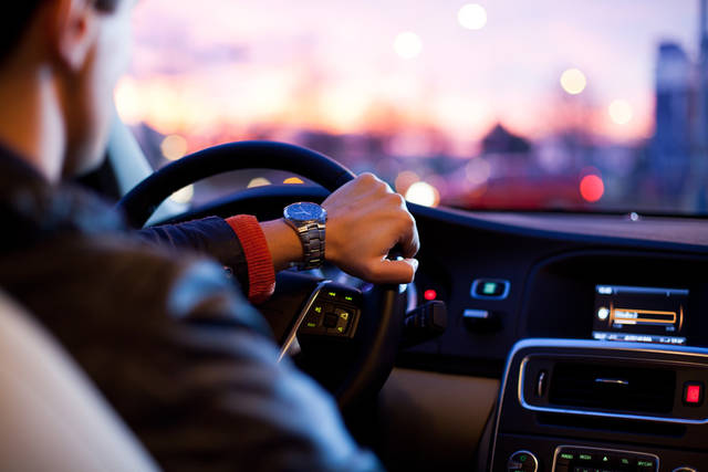 [フリー写真] 車を運転している男性でアハ体験 -  GAHAG | 著作権フリー写真・イラスト素材集 (5024)