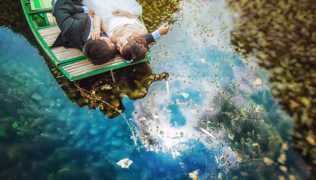 [フリー写真] 舟の上で寝転ぶ新郎新婦でアハ体験 -  GAHAG | 著作権フリー写真・イラスト素材集 (5027)