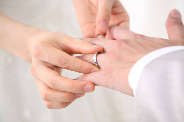 [フリー写真] 結婚式での指輪の交換でアハ体験 -  GAHAG | 著作権フリー写真・イラスト素材集 (5040)