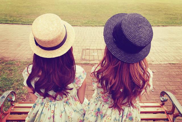 ベンチに座る双子の女の子のフリー写真画像|GIRLY DROP (5046)