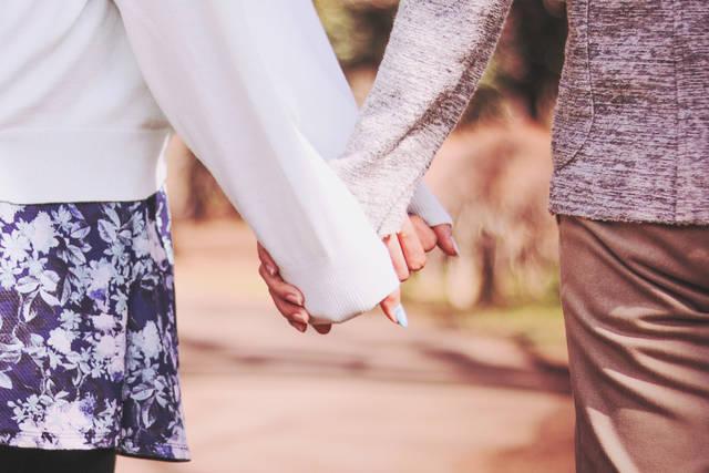 女の子の方から積極的に手を繋ぎにいくスタイルのフリー写真画像|GIRLY DROP (5048)
