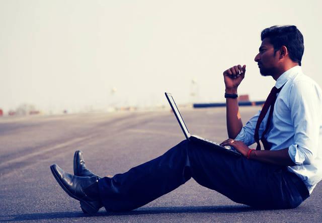 [フリー写真] どんな場所でも仕事するビジネスマンでアハ体験 -  GAHAG | 著作権フリー写真・イラスト素材集 (5130)