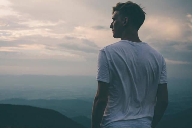 [フリー写真] 山の頂上に立つ外国人男性のポートレイトでアハ体験 -  GAHAG | 著作権フリー写真・イラスト素材集 (5131)
