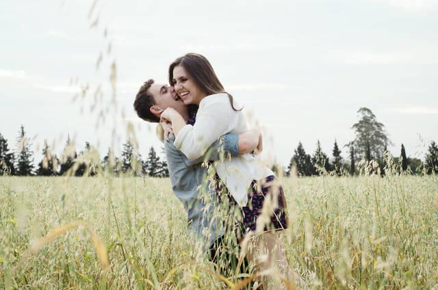 [フリー写真] 草むらで彼女を抱き上げる彼氏でアハ体験 -  GAHAG | 著作権フリー写真・イラスト素材集 (5133)