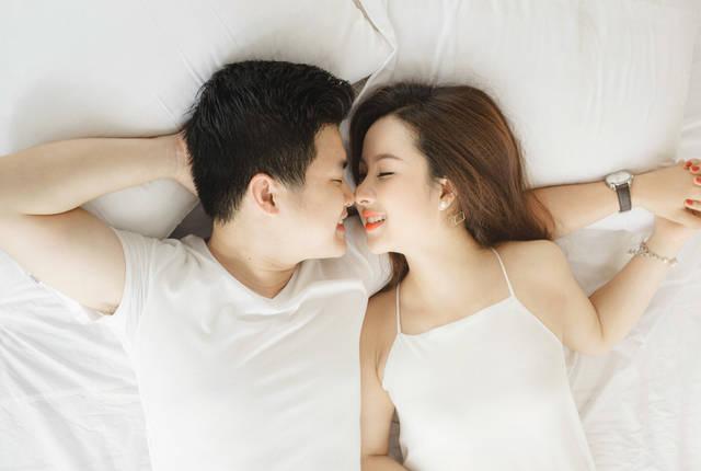 [フリー写真] 腕枕して眠るカップルでアハ体験 -  GAHAG | 著作権フリー写真・イラスト素材集 (5134)