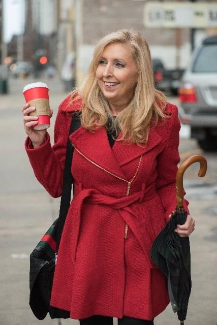 赤いコートの金髪中年外国人女性37|写真素材なら「写真AC」無料(フリー)ダウンロードOK (5508)