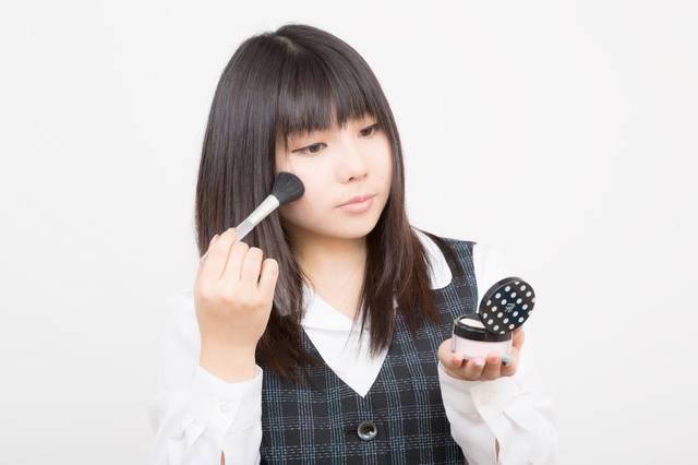 お化粧直しのOL|フリー写真素材・無料ダウンロード-ぱくたそ (5551)