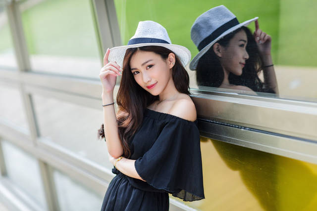 [フリー写真] カウボーイハットを被って窓枠に寄りかかる女性でアハ体験 -  GAHAG | 著作権フリー写真・イラスト素材集 (5589)