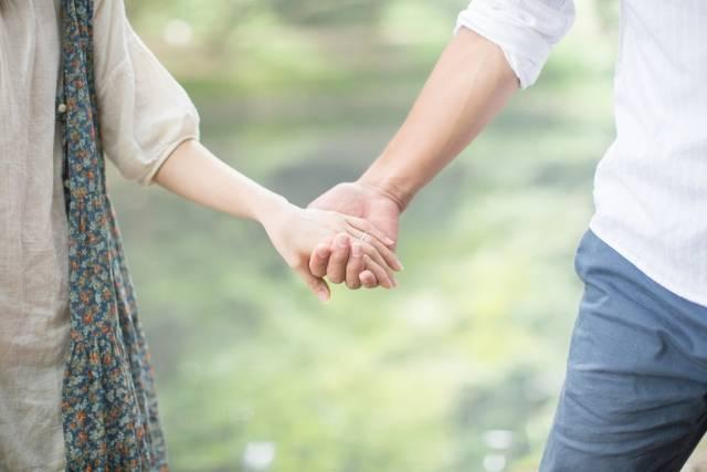 [フリー写真] 手をつなぐカップルの手でアハ体験 -  GAHAG | 著作権フリー写真・イラスト素材集 (5735)